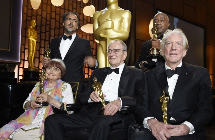 Hot-button topics mostly avoided as Academy toasts honorary Oscar recipients