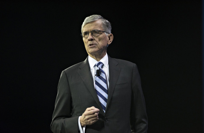 Outgoing FCC chair: Don\'t go backward on net neutrality